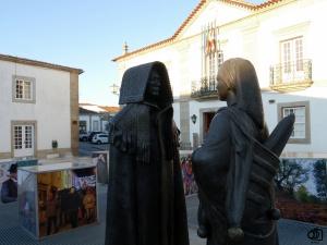 Estatuas con los trajes típicos de Miranda do Douro.
